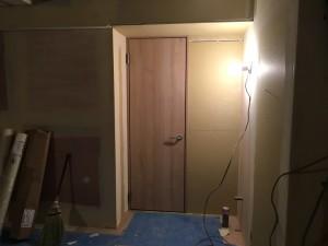 思わず開けてみたくなるような素敵なドアです。